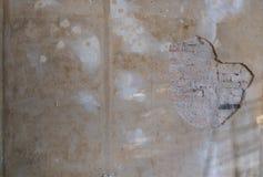 Alte Backsteinmauer mit der Schale des Gipses - flaches Erneuerung backgrou stockfoto
