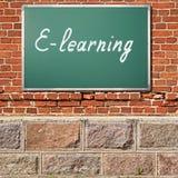 Alte Backsteinmauer mit E-Learning-Titel Lizenzfreie Stockfotografie