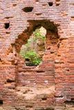 Alte Backsteinmauer mit einem Bruch Stockfoto