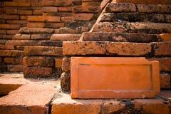 Alte Backsteinmauer mit einem eben Ziegelstein für die Reparatur Lizenzfreie Stockfotos