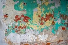 Alte Backsteinmauer mit einem Schalengips Stockbild