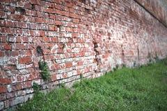 Alte Backsteinmauer mit einem Sprung Lizenzfreie Stockfotos