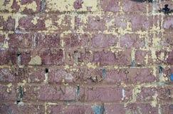 Alte Backsteinmauer mit einer Schalenfarbe Stockbilder