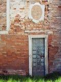 Alte Backsteinmauer mit Eingang Lizenzfreies Stockfoto