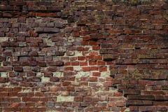 Alte Backsteinmauer mit entleerten Ziegelsteinen Hintergrund, Beschaffenheitsroter backstein Abbildung der roten Lilie Lizenzfreie Stockbilder