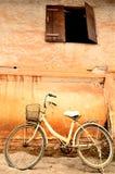 Alte Backsteinmauer mit Fahrrad Stockbild