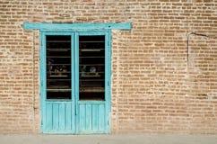 Alte Backsteinmauer mit Fenster Stockfotos