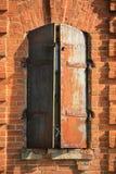 Alte Backsteinmauer mit Fenster Lizenzfreie Stockfotos