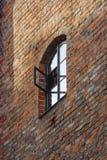 Alte Backsteinmauer mit Fenster Lizenzfreie Stockbilder