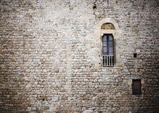 Alte Backsteinmauer mit Fenster Stockfotografie