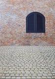 Alte Backsteinmauer mit Fenster Stockfoto