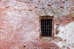 Alte Backsteinmauer mit Fenster Stockbild