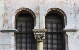 Alte Backsteinmauer mit Fenster, arabische Art Stockbilder