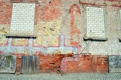 Alte Backsteinmauer mit Fenster eines Hauses Lizenzfreies Stockbild