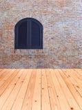 Alte Backsteinmauer mit Fenster und Holzfußboden Stockbild