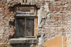 Alte Backsteinmauer mit Fenstern Stockbilder