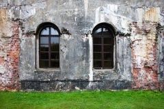 Alte Backsteinmauer mit Fenstern belarus Stockbild