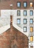 Alte Backsteinmauer mit Fenstern an einer Baustelle Lizenzfreie Stockfotografie