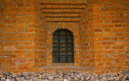 Alte Backsteinmauer mit Fensternahaufnahme Stockbild