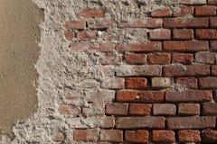 Alte Backsteinmauer mit Flecken des Zementes Stockbild
