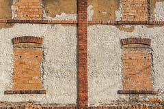 Alte Backsteinmauer mit geblendeten Fenstern Stockbilder