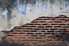 Alte Backsteinmauer mit gebrochenem Stockfoto