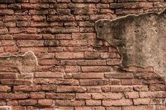 Alte Backsteinmauer mit gebrochenem Beton Stockfotos