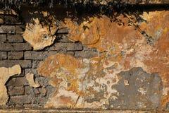 Alte Backsteinmauer mit gebrochenem Gips Hintergrund Stockfotografie