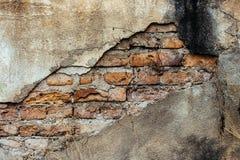 Alte Backsteinmauer mit gebrochenem Hintergrund Stockbilder