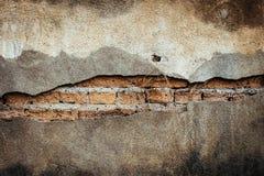 Alte Backsteinmauer mit gebrochenem Hintergrund Stockbild