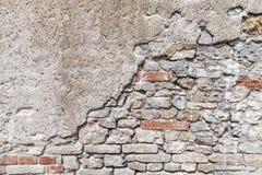 Alte Backsteinmauer mit geschädigter konkreter Stuckschicht Lizenzfreies Stockbild