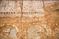 Alte Backsteinmauer mit geschlossenem in den Bögen Lizenzfreie Stockbilder