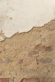 Alte Backsteinmauer mit Gips Stockfotos