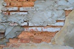 Alte Backsteinmauer mit Gips Stockfoto