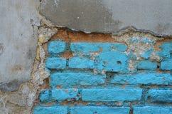 Alte Backsteinmauer mit Gips und blauer Farbe Lizenzfreie Stockfotos