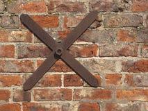 Alte Backsteinmauer mit Gleichheitstab Lizenzfreies Stockbild