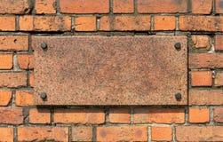 Alte Backsteinmauer mit Granitbrett Stockfotos