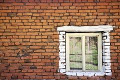 Alte Backsteinmauer mit hölzernem Fenster Stockfoto