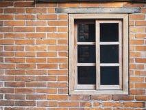 Alte Backsteinmauer mit hölzernem Fenster Stockfotos