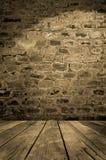 Alte Backsteinmauer mit hölzernem Fußboden Stockfotografie