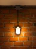 Alte Backsteinmauer mit industriellem Licht Lizenzfreie Stockbilder
