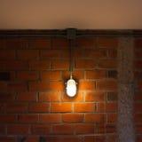 Alte Backsteinmauer mit industriellem Licht Stockbilder