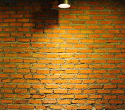 Alte Backsteinmauer mit Lampe Lizenzfreie Stockfotografie
