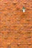 Alte Backsteinmauer mit Lampe Lizenzfreies Stockfoto