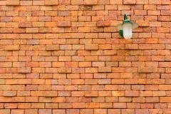 Alte Backsteinmauer mit Lampe Lizenzfreie Stockfotos