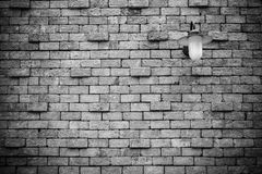 Alte Backsteinmauer mit Lampe Stockfoto
