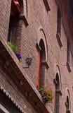 Alte Backsteinmauer mit Laternen- und Blumendekoration, des Sonderkommandos Stadtzentrum herein von Ferrara, Italien Stockfotos