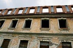 Alte Backsteinmauer mit leeren Fenstern Stockbilder