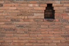 alte Backsteinmauer mit Loch - masern Sie abstrakten Hintergrund Stockfoto