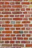 Alte Backsteinmauer mit mehrfarbigen Ziegelsteinen Stockfotos